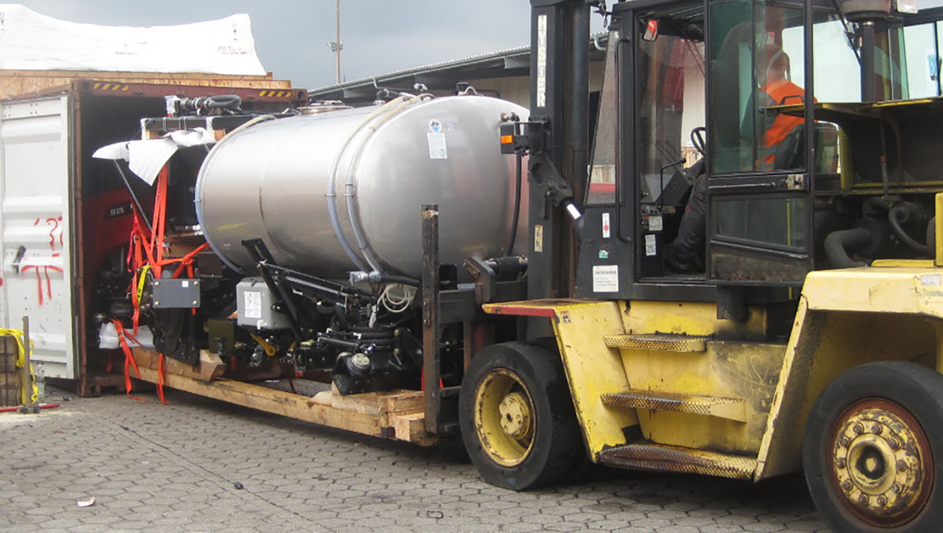 For containerizing the agricultural sprayer VERSATILE SX-275 we had to remove both axles, the tires and even the complete driver's cabin. RAC Germany.