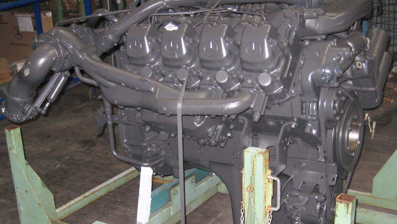 Picture 1: The Mercedes-Benz diesel engine is fixed on a special steel engine rack. Mercedes engine OM442.942, WDB659339