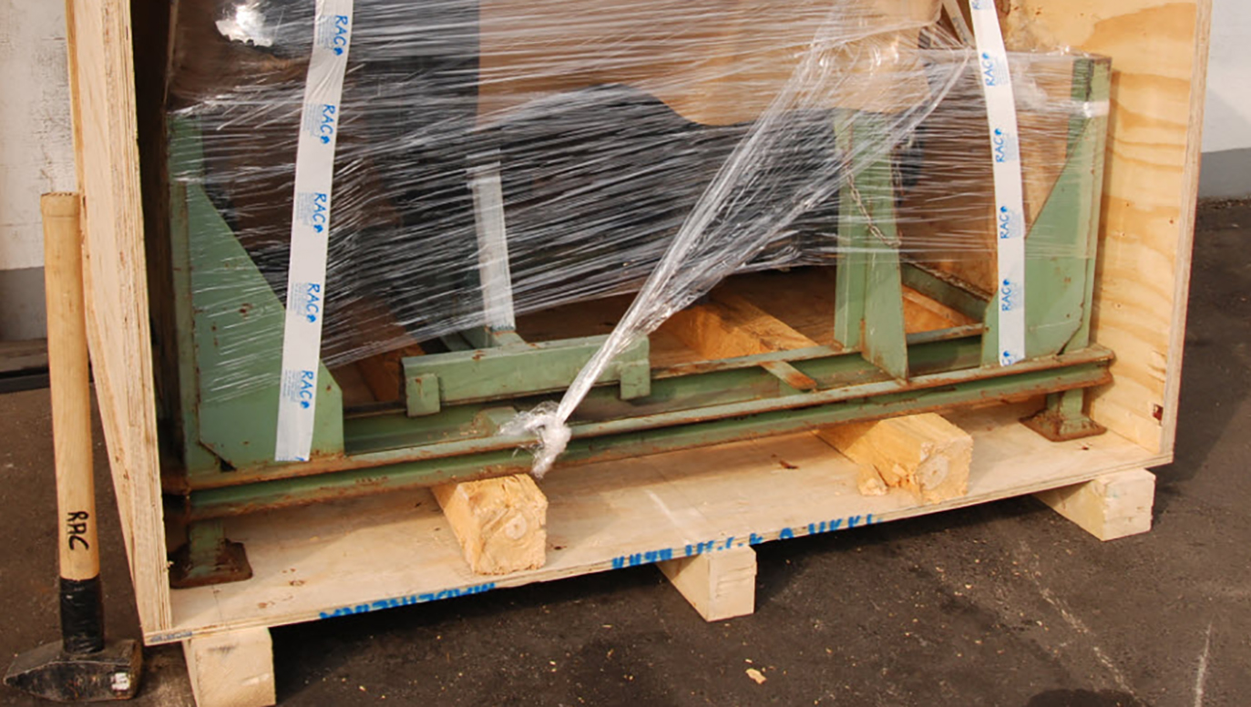 Picture 2: The steel rack with the Mercedes engine OM442.942 is placed and fixed in a solid and also light wooden crate for airfreight shipping (OM442.942, WDB-659339)